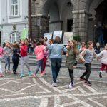 Plesni nastop pred Mestno hišo